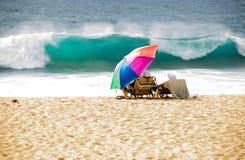 Urlauber am hawaiischen Strand stockbild