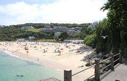 Urlauber und Sunbathers auf Newquay setzen mit azurblauen Meeren auf den Strand stockbilder