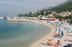 Urlauber verbringen Zeit auf dem Strand, nehmen ein Sonnenbad und schwimmen Stockfoto