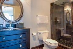Urlaubshotelvillenbadezimmerbadekurort lizenzfreie stockbilder