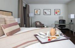 Urlaubshotelvillenschlafzimmerreihenbett, -stühle und -schreibtisch stockfotos