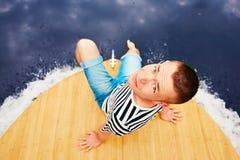 Urlaubsreise auf dem Fluss Gut aussehender Mann sitzt auf dem Bug des Bootes Stockbilder