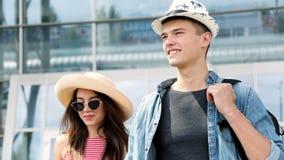 Urlaubsreise Glückliches Paar am Flughafen am Abfahrt-Anschluss stock video footage