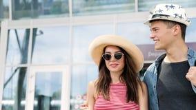 Urlaubsreise Glückliches Paar am Flughafen am Abfahrt-Anschluss stock footage