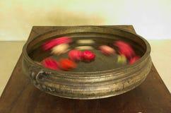 Urli do metal com flores imagem de stock