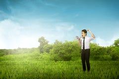 Urlo asiatico dell'uomo di affari facendo uso del megafono Fotografia Stock