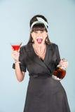 Urlo della donna in vestito nero con cosmopolita immagine stock