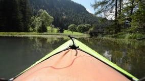 Urlopowa kajak wycieczka na scenicznym jeziorze zdjęcie wideo