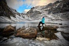 Urlopowa podróż w Kanadyjskich Skalistych górach zdjęcia stock