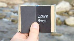 Urlopowi pakunki pojęcie, podróżnik trzymają książkę z tekstem zbiory