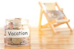Urlopowy budżeta pojęcie Wakacje pieniądze oszczędzań pojęcie Zbieracki pieniądze w pieniądze słoju dla wakacje Pieniądze słój z  fotografia royalty free