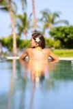 Urlopowy wakacje pojęcie - kobieta relaksuje w basenie Zdjęcie Stock