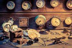 Urmakares seminarium med delar av klockor Fotografering för Bildbyråer