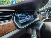 Urmond,荷兰- 2018年5月31日: 特斯拉与一辆汽车的充填强化药柱驻地在充电 免版税库存照片