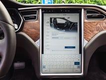 Urmond, holandie - MAJ 31, 2018: Deska rozdzielcza Wielki pokaz z infographics Tesla gramocząsteczki S 100D, Tesla doładowywają s obraz royalty free