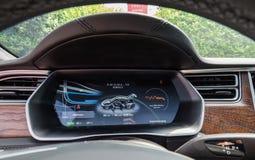 Urmond, PAÍSES BAIXOS - 31 de maio de 2018: Estação da sobrecarga de Tesla com um carro no carregamento fotos de stock royalty free