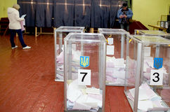 Urna de voto para de eleitores de votação nas eleições políticas nacionais em Ucrânia Estação de votação Fotografia de Stock