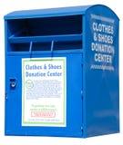 Urna di donazione del bordo della strada delle scarpe e dei vestiti Fotografie Stock Libere da Diritti