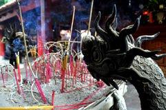A urna no templo budista encheu-se com a vara do incenso, Hanoi, Vietname Imagens de Stock
