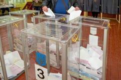 Urna para de los votantes de votación en las elecciones políticas nacionales en Ucrania Colegio electoral Fotos de archivo libres de regalías