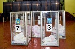 Urna para de los votantes de votación en las elecciones políticas nacionales en Ucrania Colegio electoral Fotos de archivo