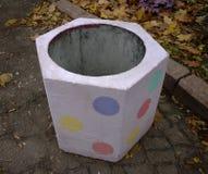 Urna porpora concreta per immondizia nel parco immagini stock libere da diritti