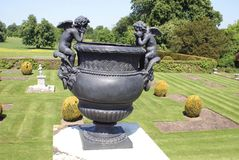 Urna sculptured bronze em um jardim do topiary Foto de Stock Royalty Free
