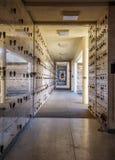 Urnas con las cenizas en una pared del columbarium Imagenes de archivo