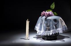 Urne évangélique noire avec le cadre de deuil vide, et fleur Photo stock