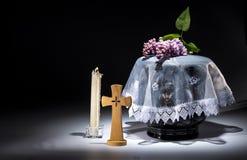 Urne évangélique noire avec le cadre de deuil vide, et fleur Image stock
