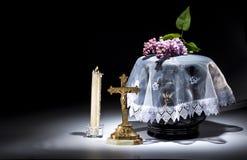 Urne évangélique noire avec le cadre de deuil vide, et fleur Photo libre de droits