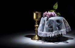 Urne évangélique noire avec le cadre de deuil vide, et fleur Photos libres de droits