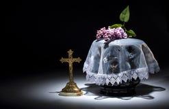 Urne évangélique noire avec le cadre de deuil vide, et fleur Image libre de droits