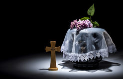 Urne évangélique noire avec le cadre de deuil vide, et fleur Images libres de droits