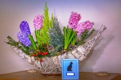 Urne animale avec des fleurs Images stock