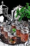 Urne argentée avec des verres sur le thé de menthe de Marocain Images libres de droits