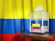 Urne avec le drapeau de la Colombie et des bulletins de vote colombien Photo libre de droits
