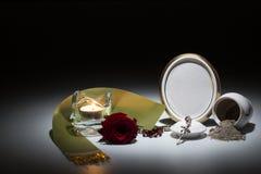 Urne blanche avec le cadre de deuil vide, la rose de rouge, la bande verte et le r Photos stock