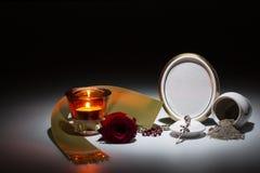 Urne blanche avec le cadre de deuil vide, la rose de rouge, la bande verte et le r Images libres de droits