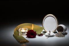 Urne blanche avec le cadre de deuil vide, la rose de rouge, la bande verte et le r Photographie stock libre de droits