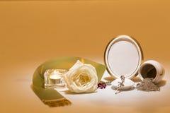 Urne blanche avec le cadre de deuil vide, rose de blanc, bande verte, Photo libre de droits