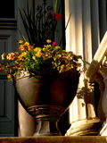 Urne de fleur sur le porche du sud de manoir photos stock