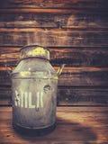 Urne de lait de porche de ferme Photographie stock