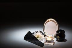 Urne noire avec la bande noire, chrysanthème blanc, bougie, pour le sympat Image stock