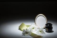 Urne noire avec la bande verte, chrysanthème blanc, pour la carte de sympathie Image stock