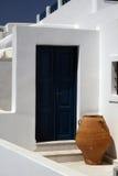 Urne und Tür - Santorini Lizenzfreies Stockbild