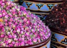 Urnen van droge rozen Marrakech, Marokko Royalty-vrije Stock Foto's