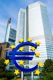 Uro znak przed europejskim bankiem centralnym w Frankfurt, Niemcy Fotografia Royalty Free