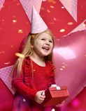 Urocza ładna dziewczyna z menchiami szybko się zwiększać i czerwieni teraźniejszy prezent i urodzinowa nakrętka Zdjęcia Royalty Free
