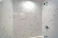 Urocza łazienka uwypukla a w balii z prysznic zdjęcia stock